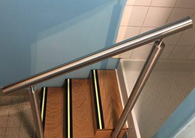Une douche accessible via un escalier sécurisé