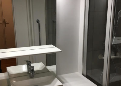 Un espace douche pour une chaise à roulettes